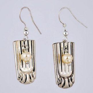 sølv ørepynt sølv øredobber kremfargede 830 sølv perler glassperler sølvtøy sølvplett stripe stripemønster metallperler ørekroker øredobber ørepynt hvit hvite