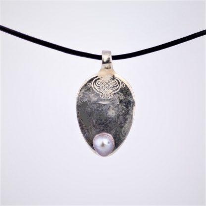 gå ferskvannperle perle anheng sølv sølvanheng utskjæringer mønster kjede skinn skinnkjede